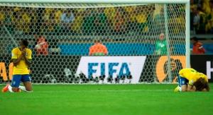 Jugadores brasileños rezando tras la derrota